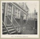 Van Beeckshofje, Anjeliersstraat 104-112. Knipsel met reproductie van een foto d…