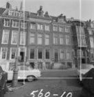 Amstel 67 - 75 (ged.) met op nummer 73 een kantoor met bovenwoningen uit 1913 va…