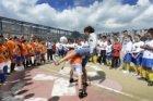 Nabil 'Killer' Akaazoun in actie bij een straatvoetbalclinic op het Balboaplein