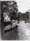 Wherries tijdens een grachtentocht op de Groenburgwal gezien richting Amstel