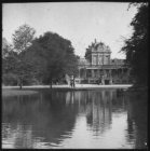 Het Vondelparkpaviljoen in het Vondelpark, gezien over de grote vijver