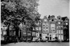 Begijnhof 23-28 (v.r.n.l.), geheel links de achtergevel van Nieuwezijds Voorburg…