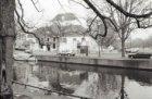 Amstelveld 2 - 8, Amstelkerk, op de voorgrond het water van de Reguliersgracht e…