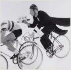 Rijk de Gooyer op de fiets met een blad met pils