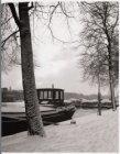 Amstel in wintertooi met binnenvaartschepen en 3 dekschuiten
