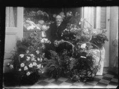 Man tussen de bloemen
