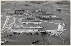 Luchtfoto van de Coenhaven en omgeving gezien in noordwestelijke richting.Van on…