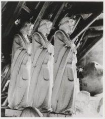 Sint Jozefbeelden in het magazijn op zolder van de winkel van de Gebr. Van Parid…