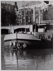 Amstel 242-228 met de kop van een binnenvaartschip