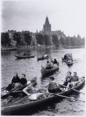 Roeiers nemen deel aan de Grachtentocht op de Amstel, gezien in noordwestelijke …