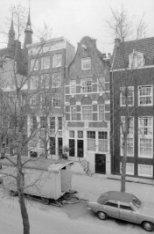 Haarlemmer Houttuinen 61-65A met links de torens van de Posthoornkerk