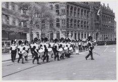 Militair muziekkorps in gala-uniformen aan de achterzijde van het Koninklijk Pal…
