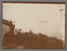 Zeppelin boven de Eerste Helmersstraat en het Staringplein. Links Eerste Helmers…