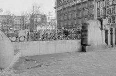 Leidseplein 23 - 35 (ged.) o.a. het Hirsch gebouw en op de achtergrond het Klein…