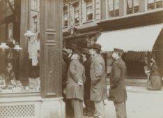 Werknemers lezen een plakaat op een etalageruit