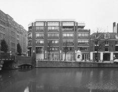 Keizersgracht 603-607. Links brug 41 en de voorgevel van gebouw De Bazel, Vijzel…