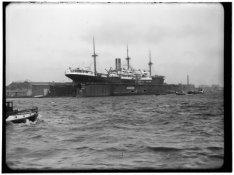 Afgesloten IJ. Een schip in het Julianadok op het terrein van de Amsterdamsche D…