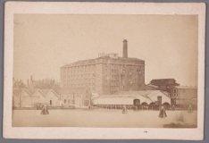 Westerdok gezien naar de Amsterdamse Stoom-Suiker-Raffinaderij in de Grote Bicke…