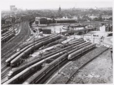 Het spooremplacement wat eindigt bij de WesterdokskadeErachter het Westerdok en …