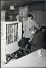 Amstel 51, verpleeghuis Amstelhof, oudere dame en jongeman bij een vitrinekast