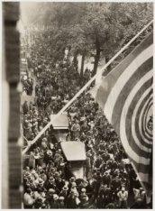 Demonstratiestoet voor het gebouw van de AVRO, Keizersgracht 107