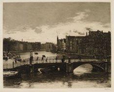 De brug over de Amstel, tussen het 's-Gravelandse Veer en de Halvemaansteeg