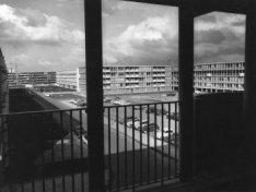Buikslotermeer met flats van architect van Gool, gezien vanaf dewoonstraat