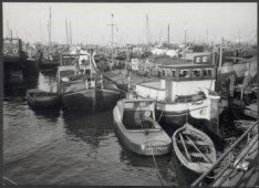 Grotendeels voormalige binnenvaartschepen in de Nieuwe Houthaven, bereikbaar via…
