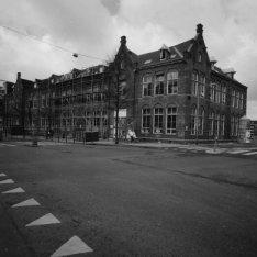 Hoekgebouw tijdens restauratie, voor- en zijgevel