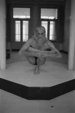 Een yogi geeft een yogademonstratie in het Yoga Instituut