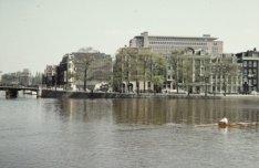 De Amstel gezien in oostelijke richting naar de Weesperzijde met links de Tulpbr…