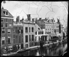 Amstel gezien naar de achterzijde van de huizen aan de Nieuwe