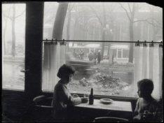 Westermarkt 23, kinderen in koffiehuis Kuijer, met uitzicht op besneeuwde straat