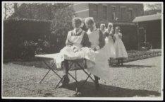 De verpleegsters Nel Zee (links) en Paula Dirkzwager (rechts) in de tuin van het…