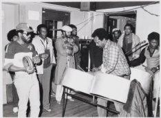 Optreden van steelband in Antilliaans ontmoetingscentrum op het Droogbak 1c