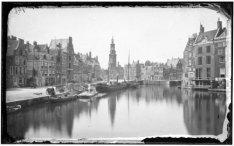 De Amstel gezien vanaf de Halvemaansbrug naar het Sophiaplein met de Munttoren