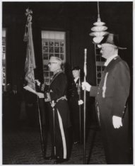 Aanbieding vaandel 7e Regiment Infanterie namens koningin Juliana in ontvangst g…