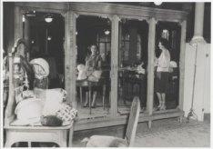 Interieur van het hoedenatelier van de frirma Hirsch & Co., Leidseplein 29, kort…