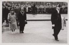 Koningin Wilhelmina schenkt Amsterdam nieuwe stadsvlag