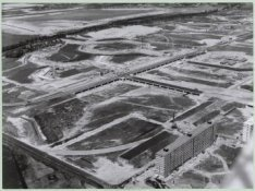 Luchtfoto naar het noordoosten van de Bijlmermeer in aanbouw, met op de voorgron…