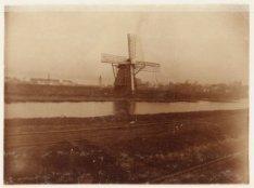 Haarlemmervaart en molen De Bul, van de Vennerpolder, afgebroken 1924. Op de ach…