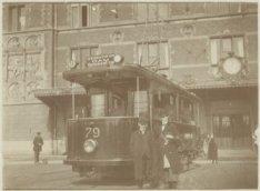 Een electrische tram bij de hoofdingang van het Centraal Station aan het Station…