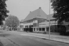 De poortwoningen Purmerweg 86 en Avenhornstraat 18 rechts en links in de verte B…