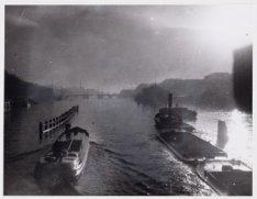 Sleepdienst van de Stadsreiniging en een beurtvaartschip op de Amstel varend ric…