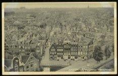 Panorama vanaf de Westertoren naar de Eerste Leliedwarsstraat. Midden onder de B…