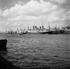 Opgelegde schepen van de SMN in de Ertshaven aan de Ertskade