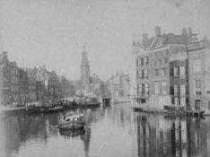 De Amstel gezien vanaf de Halvemaansbrug naar de Munttoren op het Sophiaplein. R…