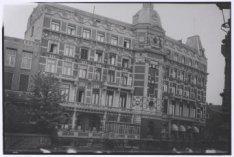 Gezicht op de achtergevel van het Doelen Hotel, Nieuwe Doelenstraat 24-26, met o…