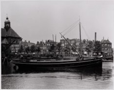 Wittenburgergracht 27-63. Links: Oosterkerk (gedeeltelijk). Op de voorgrond: vra…