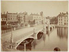 De Halvemaansbrug over de Binnen Amstel (Brug 221), kort na de bouw in 1863